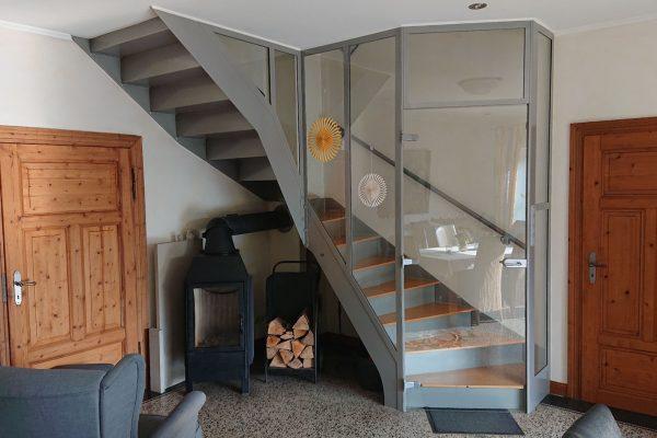 Beispiel für eine Treppe mit verglastem Treppenhaus